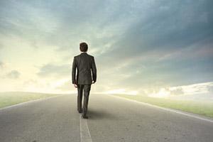 La missione – Uomo che percorre una strada guardando all'orizzonte