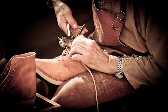 ImprendiNews – Calzolaio all'opera per la realizzazione di una scarpa