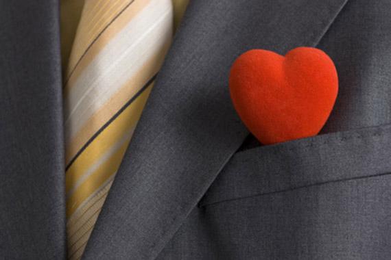 ImprendiNews – Uomo in giacca e cravatta con un cuore di velluto nel taschino