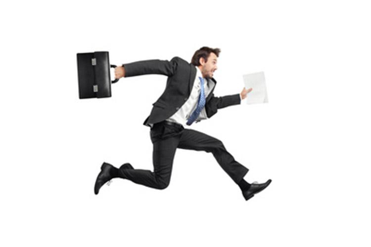 ImprendiNews – 7 motivi per agire – Uomo con 24 ore che corre