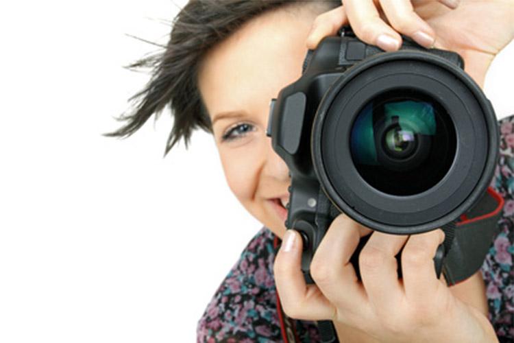 ImprendiNews – Donna con macchina fotografica