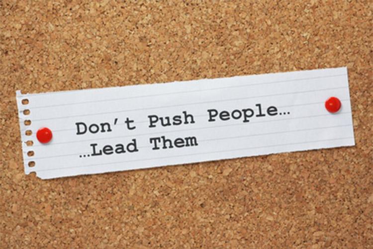 """ImprendiNews – Carisma – Foglio di carta con la frase """"Non forzare le persone ... ma guidale"""""""