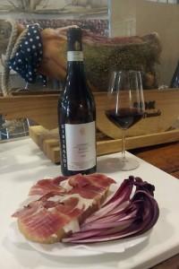 ImprendiNews – Bar Nudo & Crudo, un buon bicchiere di vino con un delizioso panino al prosciutto crudo.